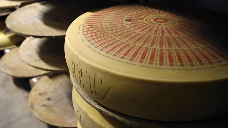 Die Branchenorganisation legt monatlich fest, wie viel Emmentaler AOP die Käsereien herstellen dürfen.