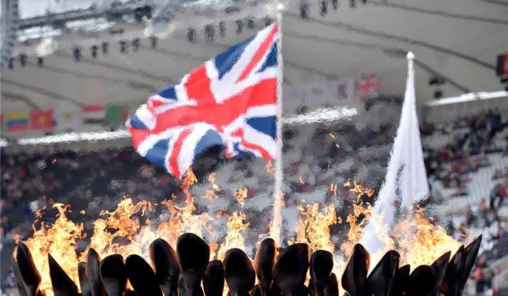 Der Union Jack umrahmt von Olympischen Feuer