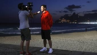 Der Fechter Fabian Kauter wird am Ipanema Beach interviewt.