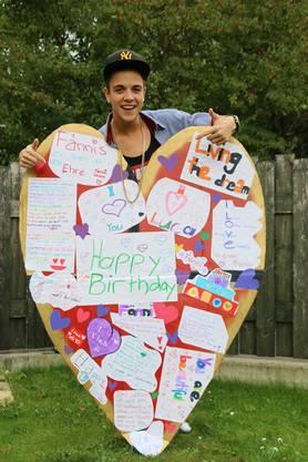 Luca Hänni präsentiert die Geburtstagswünsche, die ihm seine Fans geschickt haben.