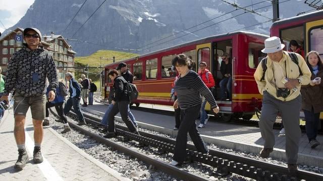 Touristen auf der Kleinen Scheidegg (Archiv)