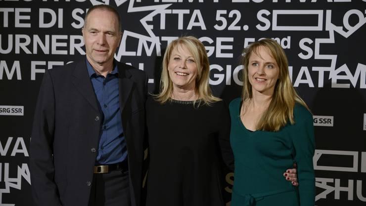 Thomas Fischer (Gemeindepräsident Drei Höfe), Preisträgerin Tiziana Soudani (Mitte) und Filmtagedirektorin Seraina Rohrer strahlten am Montagabend um die Wette.