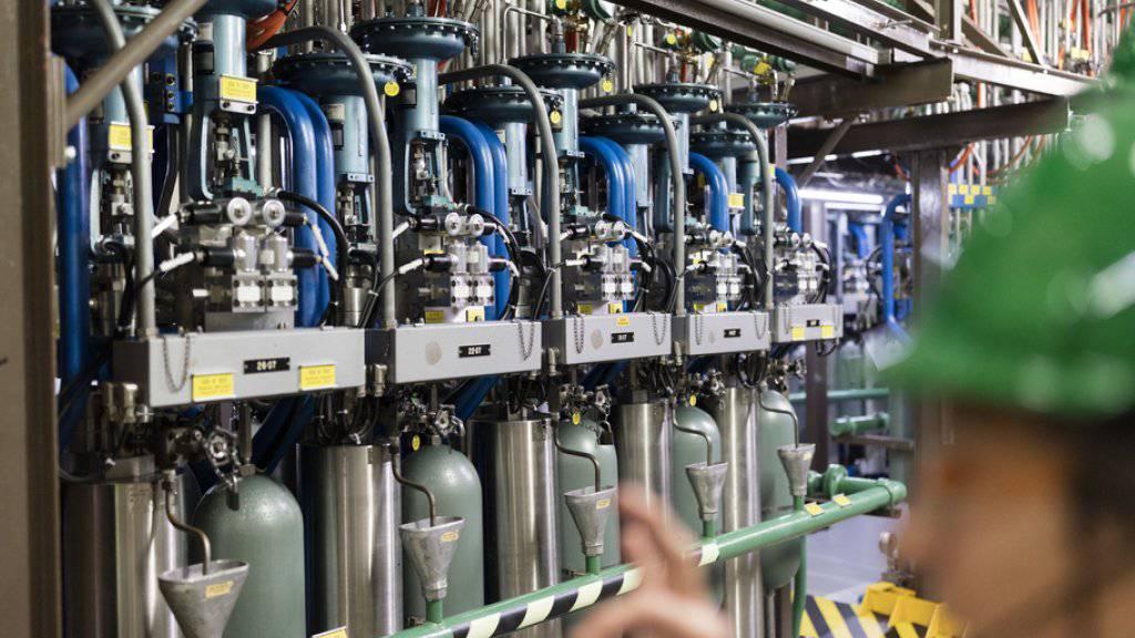 Blick auf die hydraulischen Steuerstabsantriebseinheiten im AKW Mühleberg.