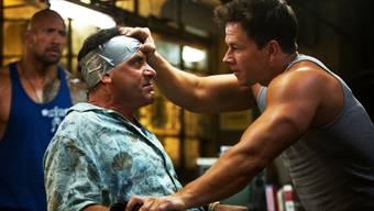 "Tony Shalhoub (l.) und Mark Wahlberg in ""Pain & Gain"" (Archiv)"