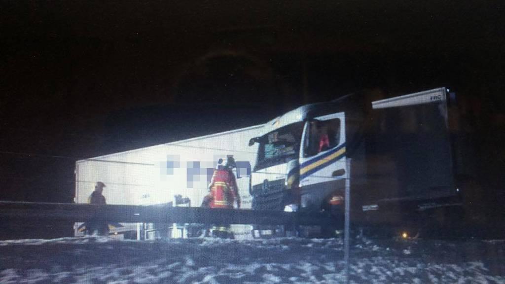 Der Lastwagen stand quer auf der Fahrbahn der Autobahn.
