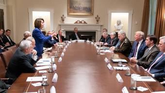 """US-Präsident Donald Trump nannte die Vorsitzende des US-Repräsentantenhauses, Nancy Pelosi (rechts stehend), eine """"drittklassige Politikerin""""."""