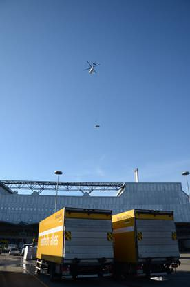 3. Rund 90 Sekunden dauert ein solcher Transportflug vom Materiallager zum Dach und wieder zurück