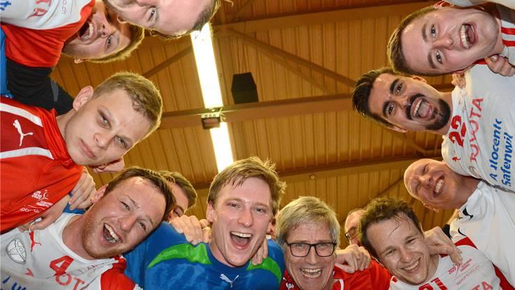 Die Zofinger Handballer freuen sich nach der letzten Partie in Winterthur über den Ligaerhalt.