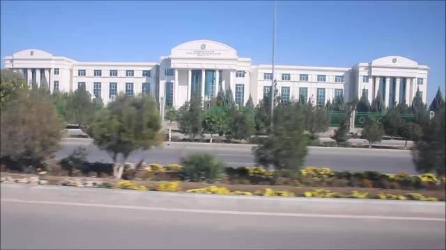 Per Autostopp um die Welt, Woche 23:Fahrt durch Ashgabat - eine skurile Welt