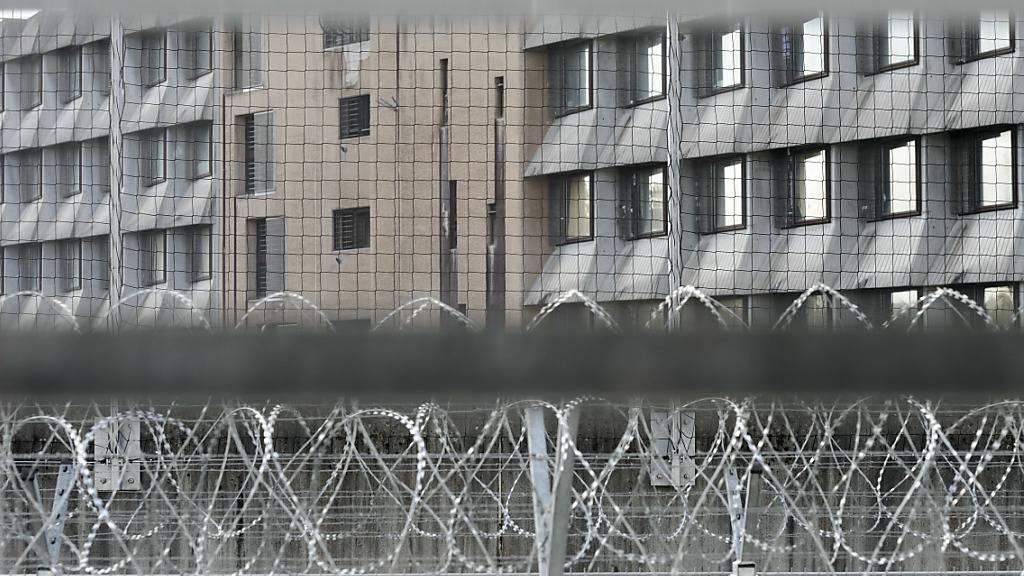 Die Häftlinge der Genfer Strafanstalt Champ-Dollon haben sich am Freitag nach dem Spaziergang geweigert, wieder in ihre Zellen zurückzukehren. Grund waren die Massnahmen gegen das Coronavirus.
