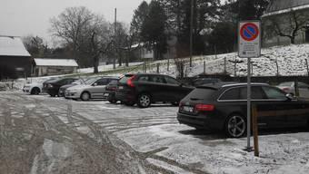 Im Verkehr mit dem Gemeindehaus oder der Polizei darf man auf dem Parkplatz Zwidellen werktags künftig maximal drei Stunden gratis parkieren.