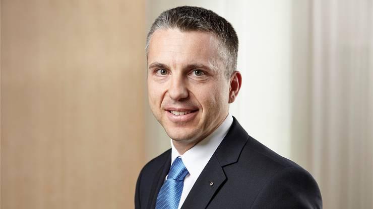 Widmers Vorgänger: Pascal Koradi. Er trat im Zuge des Postauto-Skandals zurück, um die Reputation der AKB im Zuge des Postauto-Skandals zu schützen.