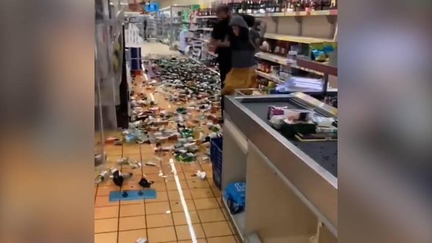 Frau tickt aus und zerschmettert hunderte Alkoholflaschen