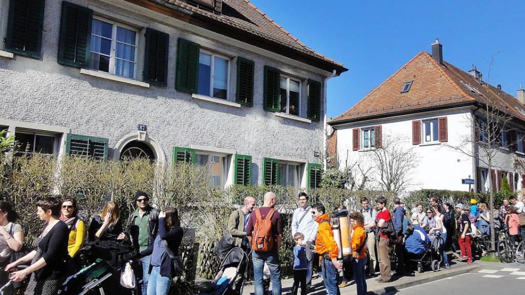 Wohnungssuchende stehen Schlange vor einer Liegenschaft in Zürich (Archivbild).