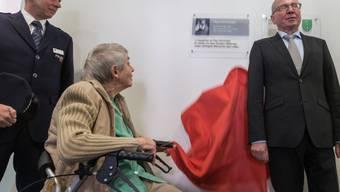 Ruth Roduner, Tochter von Paul Grüninger, enthüllt die Gedenktafel