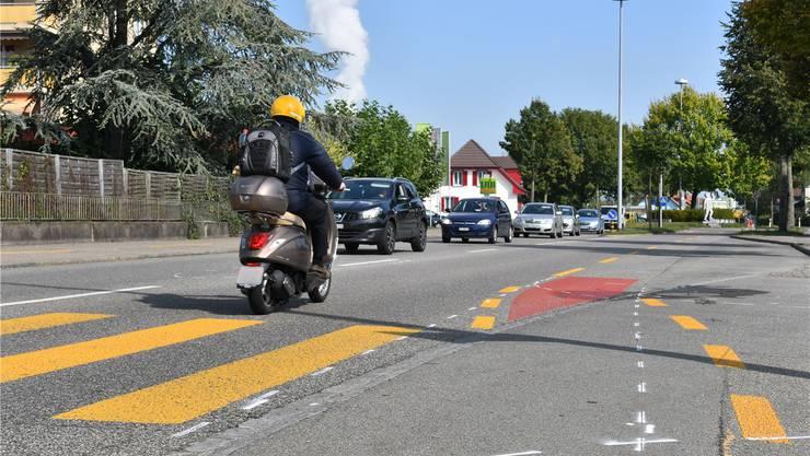 Beim Fussgängerstreifen «Im Schäfer» wird die Niederämterstrasse täglich von rund 17'500 Fahrzeugen befahren.Bruno Kissling