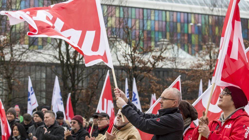Rund 500 Personen haben in Baden AG gegen den geplanten Stellenabbau bei General Electric demonstriert.