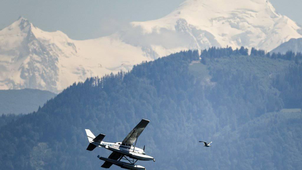 Zwei Schweizer Bergsteiger sind am Dienstag am Mont-Blanc in den französischen Alpen von der Polizei abgefangen worden, nachdem sie mit einem Kleinflugzeug auf 4450 Metern Höhe gelandet waren. (Symbolbild)
