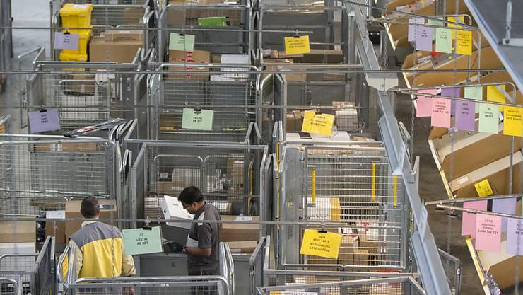 Die Post reagiert auf den Online-Handel: Drei neue Paketzentren sollen gebaut werden, im Bild das Paketzentrum in Härkingen SO.