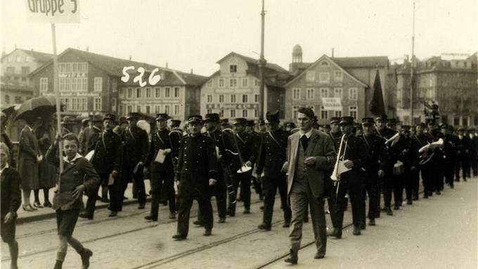 Alfred Traber, Präsident der Strassenbahner, an einem 1.-Mai-Umzug (im hellen Anzug).Stadtarchiv