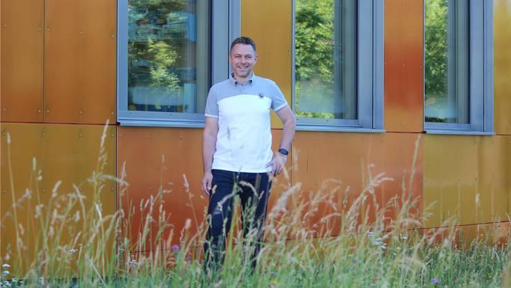 Derzeit sitzt Emil Bieri in der Schulpflege. Deshalb hat er als Fotohintergrund das Schulhaus Dorf gewählt. NRO