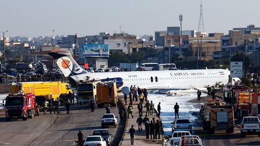 Iranische Passagiermaschine rutscht bei Landung auf Autobahn