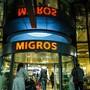 Dank Gewinnen durch Supermärkte kann die Migros andere Verluste wie im Bereich Reisen und Gastronomie kompensieren – und weiterhin Mitarbeitern in Kurzarbeit den vollen Lohn ausgleichen.
