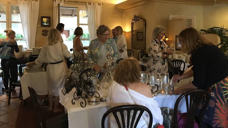 Ein Kaffee-Set aus Silber und diverses Geschirr werden im Restaurant angeboten.