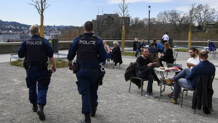 Polizei im Dauereinsatz: Ordnungshüter kontrollieren, ob Social-Distancing auf der Bundesterrasse in Bern eingehalten wird.
