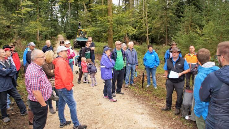 Stefan Probst, Betriebsleiter des Zweckverbandes Forst Mittleres Gäu (rechts), bei seinem Referat zum Windfall des Sturms «Burglind».