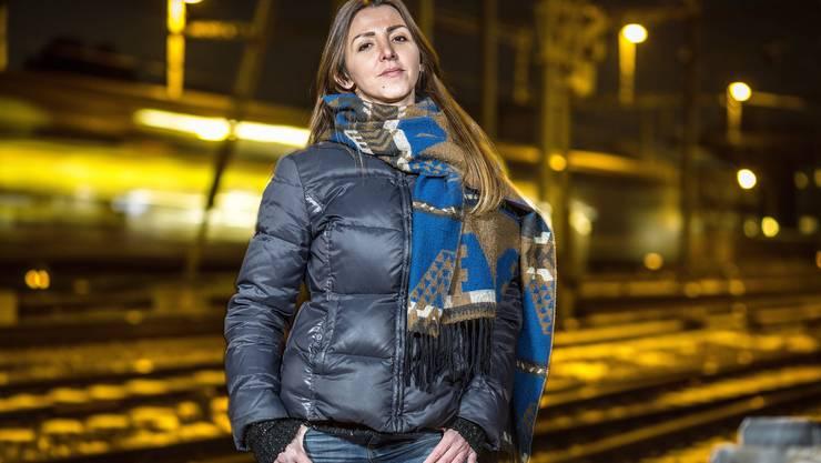 Vanja Crnojevic kam als 12-Jährige als Flüchtling in die Schweiz. Heute hilft die ausgebildete Hotelfachfrau aus Schlieren selbst Flüchtlingen. Als sie von den unhaltbaren Zuständen auf der Balkanroute erfuhr, startete sie zunächst im Alleingang einen Spendenaufruf auf Facebook und leistete mit dem zusammengekommenen Geld ihren ersten Hilfseinsatz im serbischen Presevo.  Im September 2015 gründete sie mit anderen Engagierten das Hilfswerk «Borderfree Association», das in Presevo und im griechischen Idomeni mittlerweile eigene Hilfsstationen aufgebaut hat. Die freiwilligen Helferinnen und Helfer des Vereins kochen dort für die Flüchtlinge, unterrichten Kinder und verteilen Lebensmittel und Hygienepäckli.