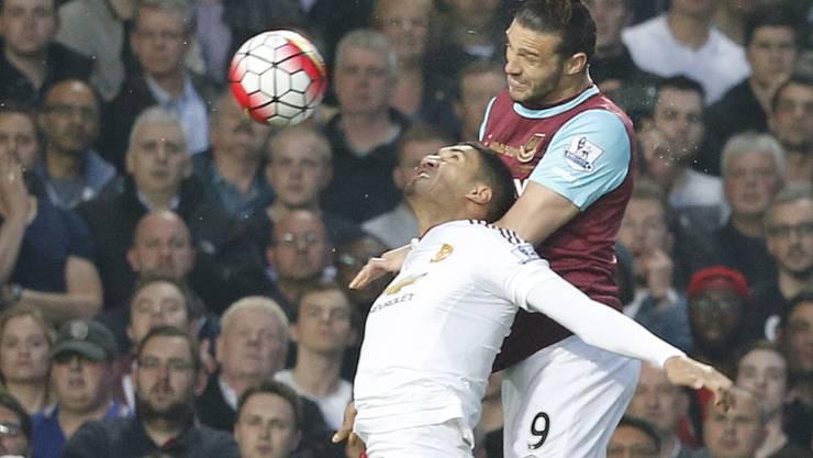 ManU-Spieler Andy Carroll (rechts) springt höher als West Hams Chris Smalling