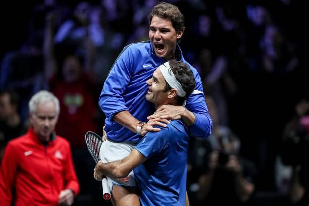 Ein Bild mit Seltenheitswert. Und eines, das es nur im Laver Cup je gab: Die Rivalen Roger Federer und Rafael Nadal auf der gleichen Seite des Netzes (Bild: Keystone).