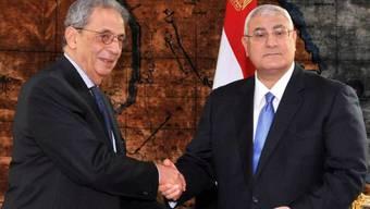 Mussa (links) übergibt Mansur den Verfassungsentwurf