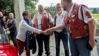 Überraschungsgast Suzi LeVine, US-Botschafterin in der Schweiz, begrüsst in Sumiswald an der 9/11-Gedenkfeier einen «Red Knight». Marcel Bieri