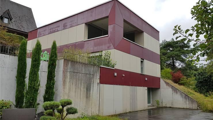 Dieses Haus, das in zweiter Reihe am Gönhardweg steht, soll versteigert werden. Schätzwert 1,25 Mio. Franken.