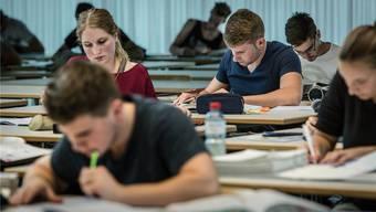 Die politische Anhörung zur Frage, wo im Aargau künftig Berufsschulen geführt werden sollen – hier Kunststofftechnologen bei der Lehrabschlussprüfung an der BS Aarau – läuft bis Ende September.