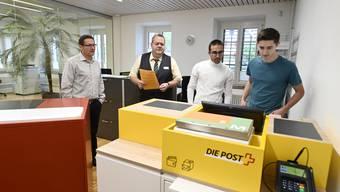 Die neue Postagentur in der Gemeindeverwaltung Deitingen wurde in Betrieb genommen. Von links: Gemeindepräsident Bruno Eberhard; Jean-Claude Wirz (Post); Gianluca Moser (Auszubildender) und Marco Bruni (Leiter Einwohnerkontrolle und Sachbearbeiter Finanzen bei der Gemeindeverwaltung).