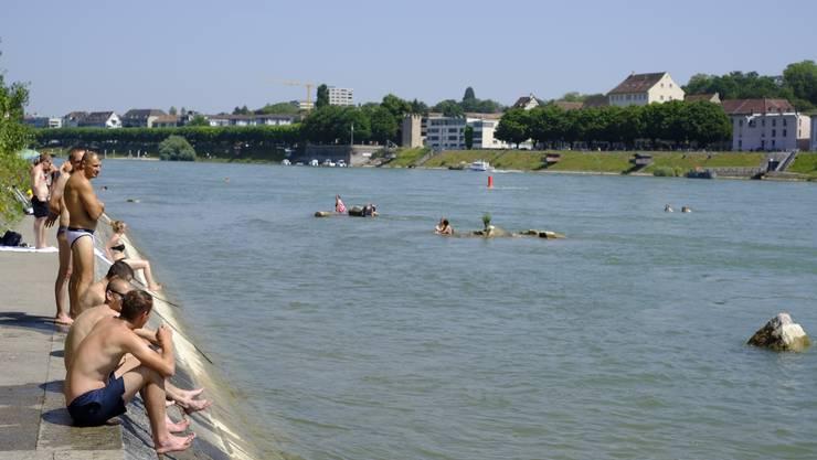 Der Kleinbasler Badestrand steht derzeit unter Wasser – nur die grössten Verbauungen ragen aus dem Rhein.