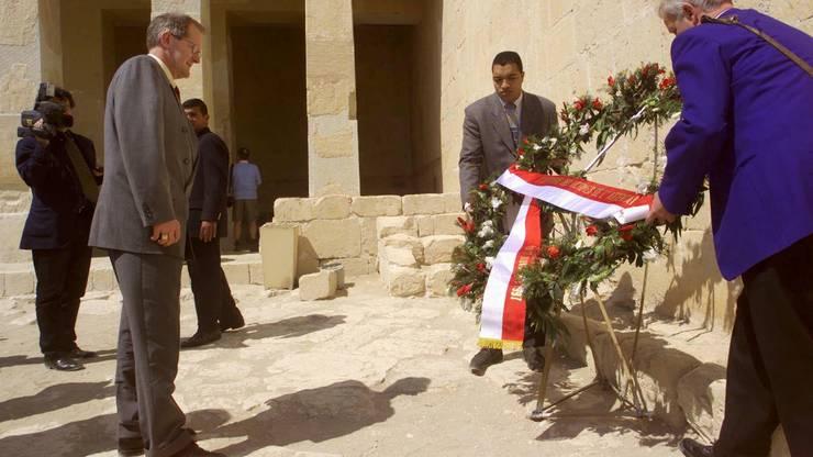 Bundesrat Joseph Deiss (links) gedenkt am Montag, 28. Februar 2000 vor dem Tempel von Hatschepsut bei Luxor mit einem Blumenkranz den 62 Menschen, darunter den 36 Schweizerinnen und Schweizern, die hier im November 1997 Opfer des terroristischen Attentats wurden.