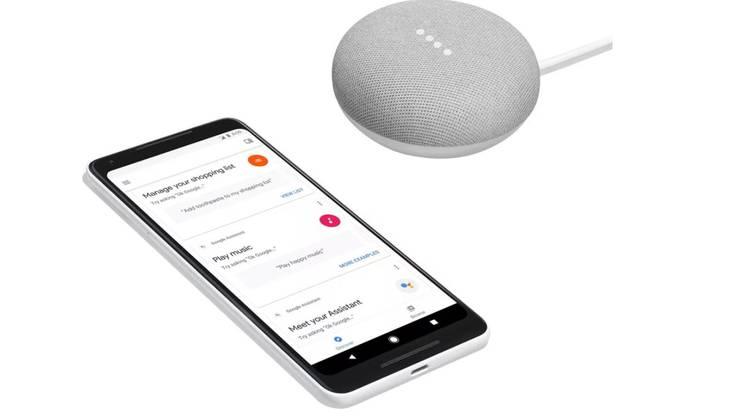 Das Pixel 2 und der der smarte Lautsprecher Google Home Mini nutzen beide die künstliche Intelligenz des Google-Assistenten.