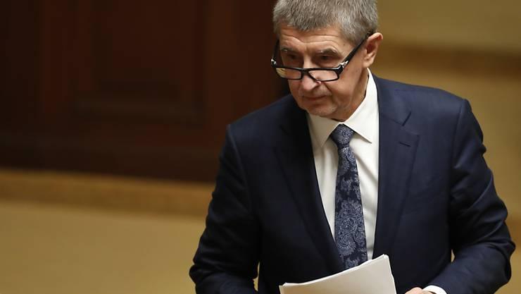 Der tschechische Premierminister Andrej Babis bleibt vorläufig im Amt. Das Parlament stimmte bei einem Misstrauensvotum knapp für den Verbleib des Multimilliardärs.