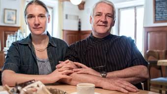 Tine Andersen Marbot und Heinz Marbot: «Der Wunsch hat sich erfüllt, unser Leben auch während der Arbeit zu teilen.» Rechts das schwarze Brett an der Wand in der Gaststube.Roland Schmid