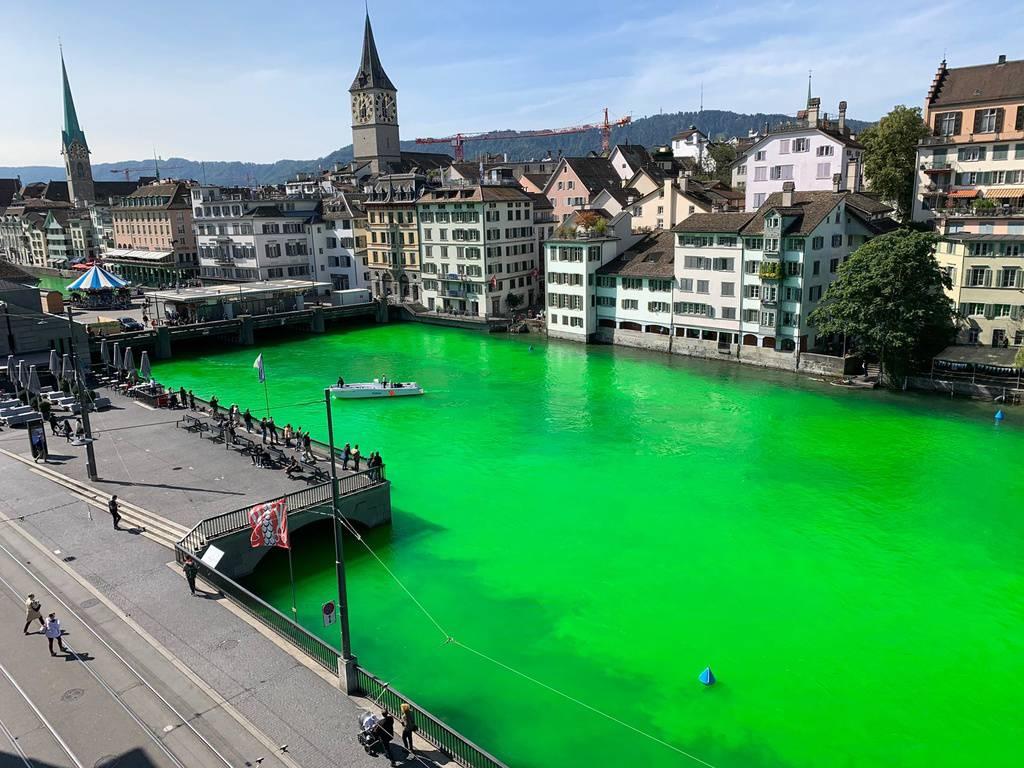 Umweltaktivisten haben die Limmat in Zürich am Dienstag giftgrün eingefärbt. (© Keystone)