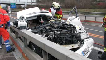 Der schwer beschädigte Mercedes-Benz des 71-jährigen Autofahrers.