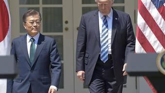 Viele Fragezeichen zur Nordkorea-Politik: Beim gemeinsamen Medienauftritt von Trump mit dem neuen südkoreanischen Präsidenten Moon zeichnete sich wenig Konkretes ab. Statt von einem Alleingang sprach der US-Präsident jedoch von diplomatischen und wirtschaftlichen Massnahmen.