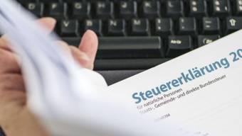 Ein Steuerbeamter studiert eine Steuererklärung (Symbolbild)