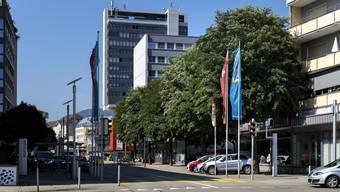 Robinien vor der Mitsubishi-Garage und dem ehemaligen EPA-Gebäude.