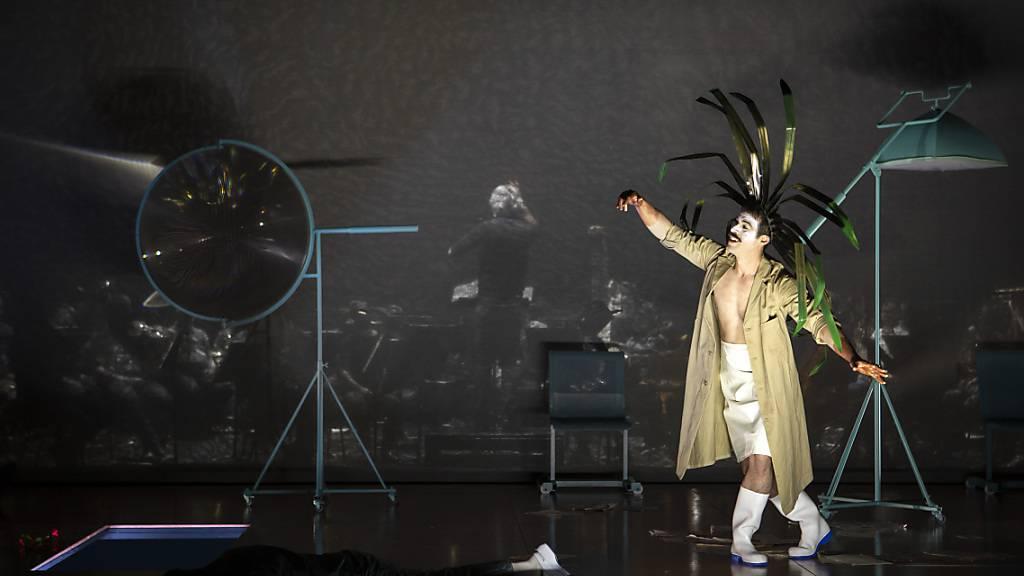 Kein leichtes Unterfangen: Die Sänger agieren vor, das Orchester hinter dem Vorhang: Probe zur Oper «Florenica en el Amazonas» am Theater St. Gallen mit Luis Alejandro Orozco als Riolobo und Dirigent Pedro Halffter (Rückenansicht).