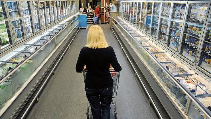 Eine Kundin schiebt ihren Einkaufswagen durch einen Casino- Supermarkt in Paris. Die Märkte gehen neu gegen Ehegewalt vor.
